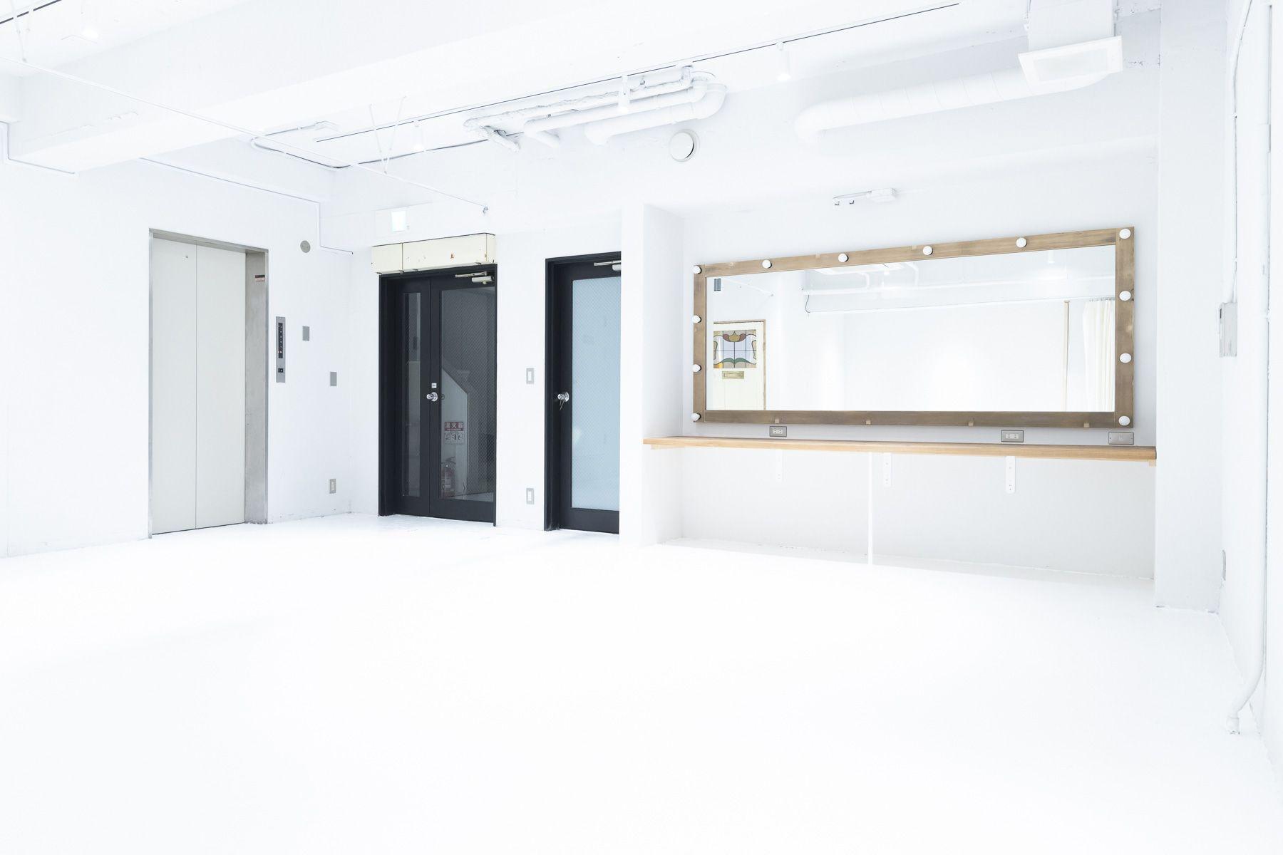 STUDIO SAND 1F(スタジオサンド1F)大型のハリウッドミラー
