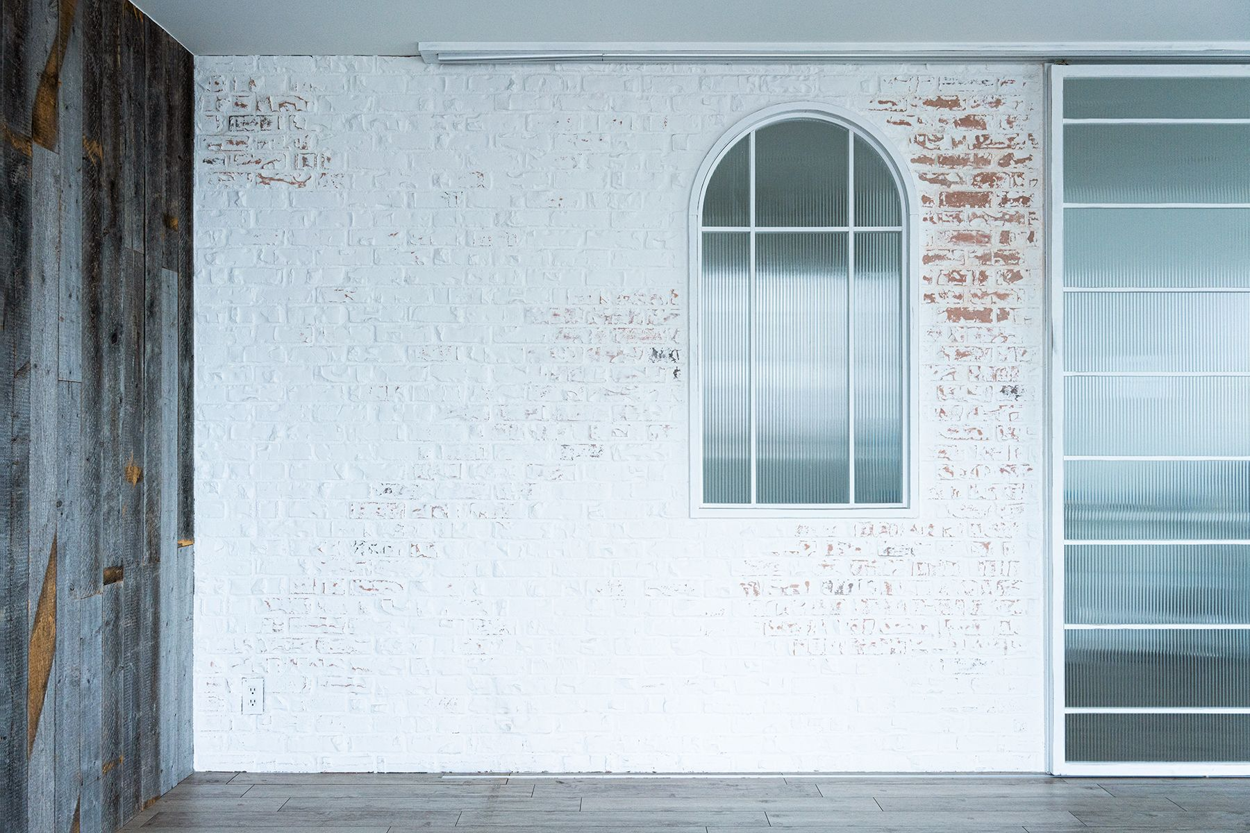 Studio TERRANOVA Dst  キッチン+バルコニー  (スタジオテラノヴァ)白レンガ壁方面 / 北東方角