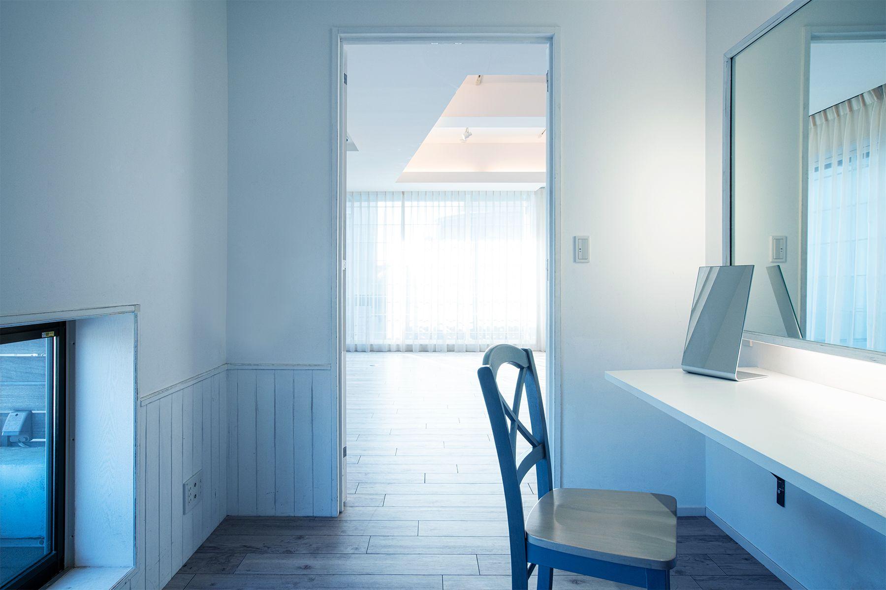 Studio TERRANOVA Dst  キッチン+バルコニー  (スタジオテラノヴァ)古木壁方面 / 西方角