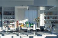 Studio TERRANOVA Dst  キッチン+バルコニー  (スタジオテラノヴァ):光の入るアイランドキッチン