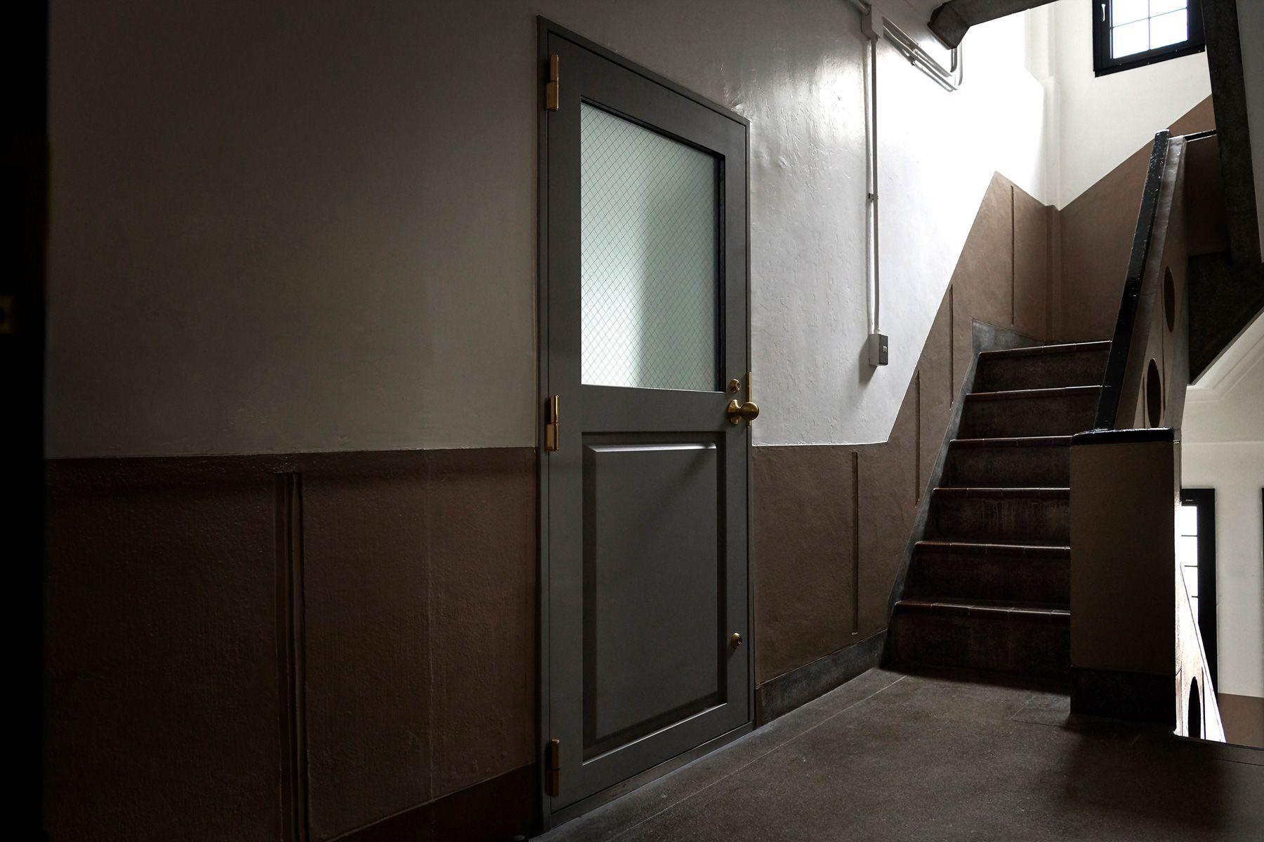 BLANK (ブランク)レトロな雰囲気の部屋の入口