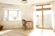 Studio Leonard (スタジオ レナード):2階 足場板の床とレンガ壁