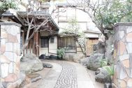 HOMEIKAN 森川別館/旅館 (ホウメイカン):玄関までのアプローチ