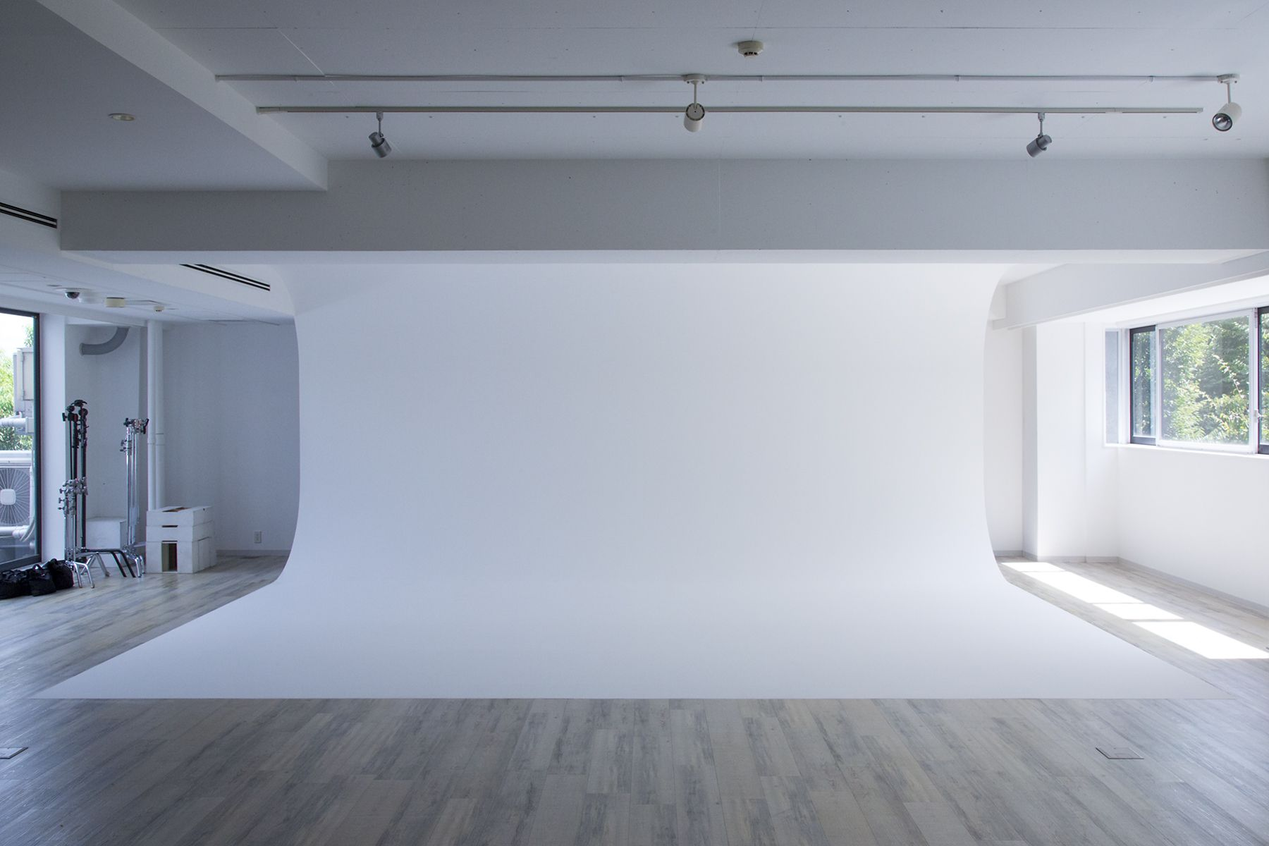 Studio TERRANOVA Bst  白ホリ+ハウススタジオ  (スタジオテラノヴァ)7m弱白ホリゾント方面 / 東方角