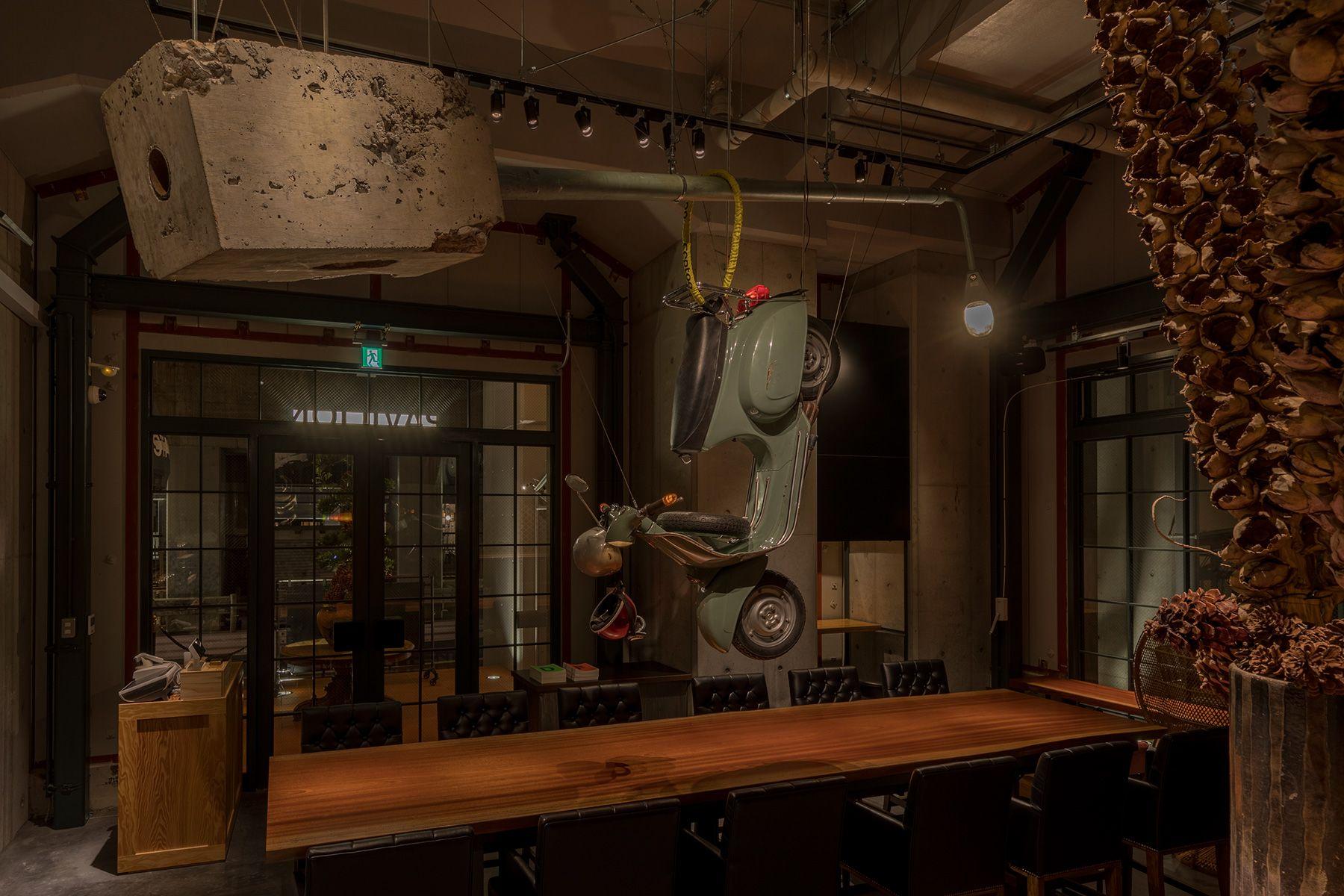 PAVILION(パビリオン)/店舗5mの天井から吊るされたベスパ