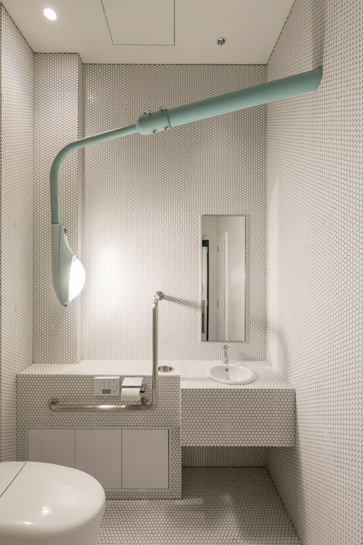 PAVILION(パビリオン)/店舗街頭が照明になっているトイレ