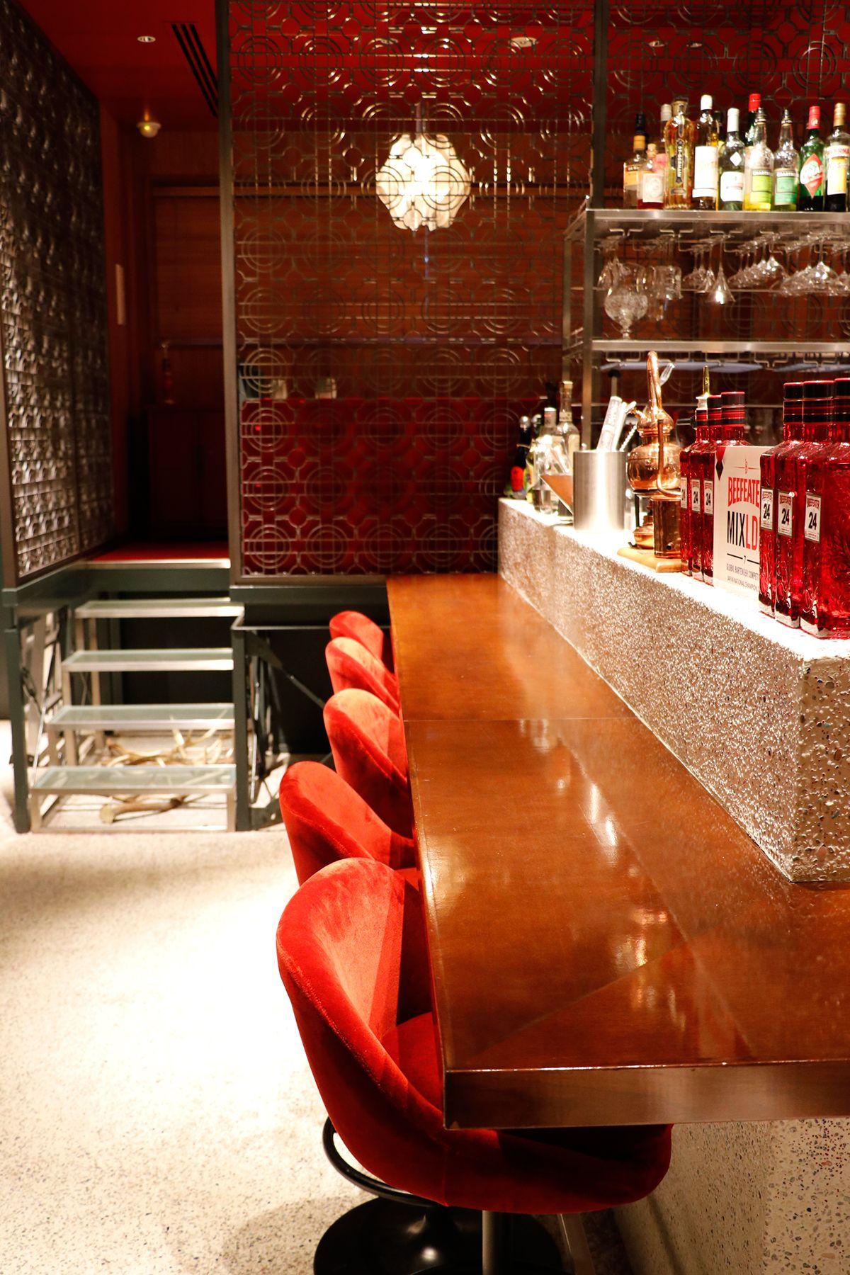 PAVILION(パビリオン)/店舗ベロアの赤い椅子