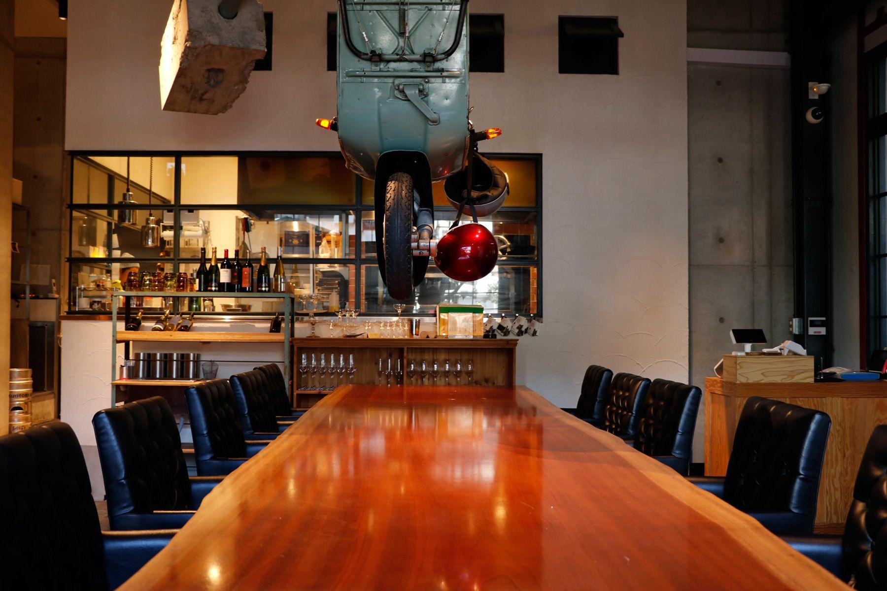 PAVILION(パビリオン)/店舗大きな1枚板のテーブル