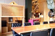 PAVILION(パビリオン)/店舗:大テーブルと本革の黒い椅子