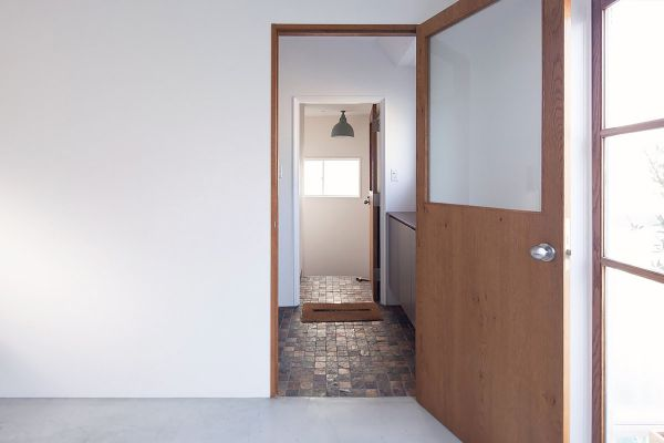 RE studio (アールイースタジオ)陶器製キッチンシンク、冷蔵庫付
