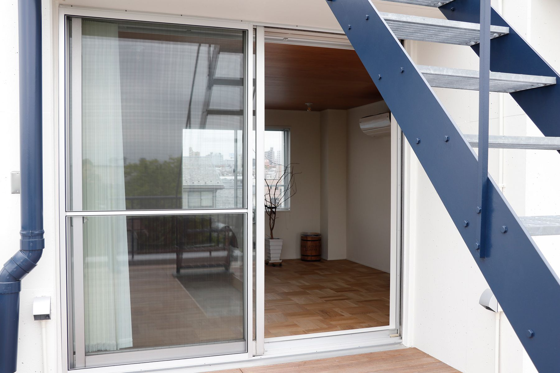 In the concrete/個人宅 (イン ザ コンクリート)3F バルコニーから部屋