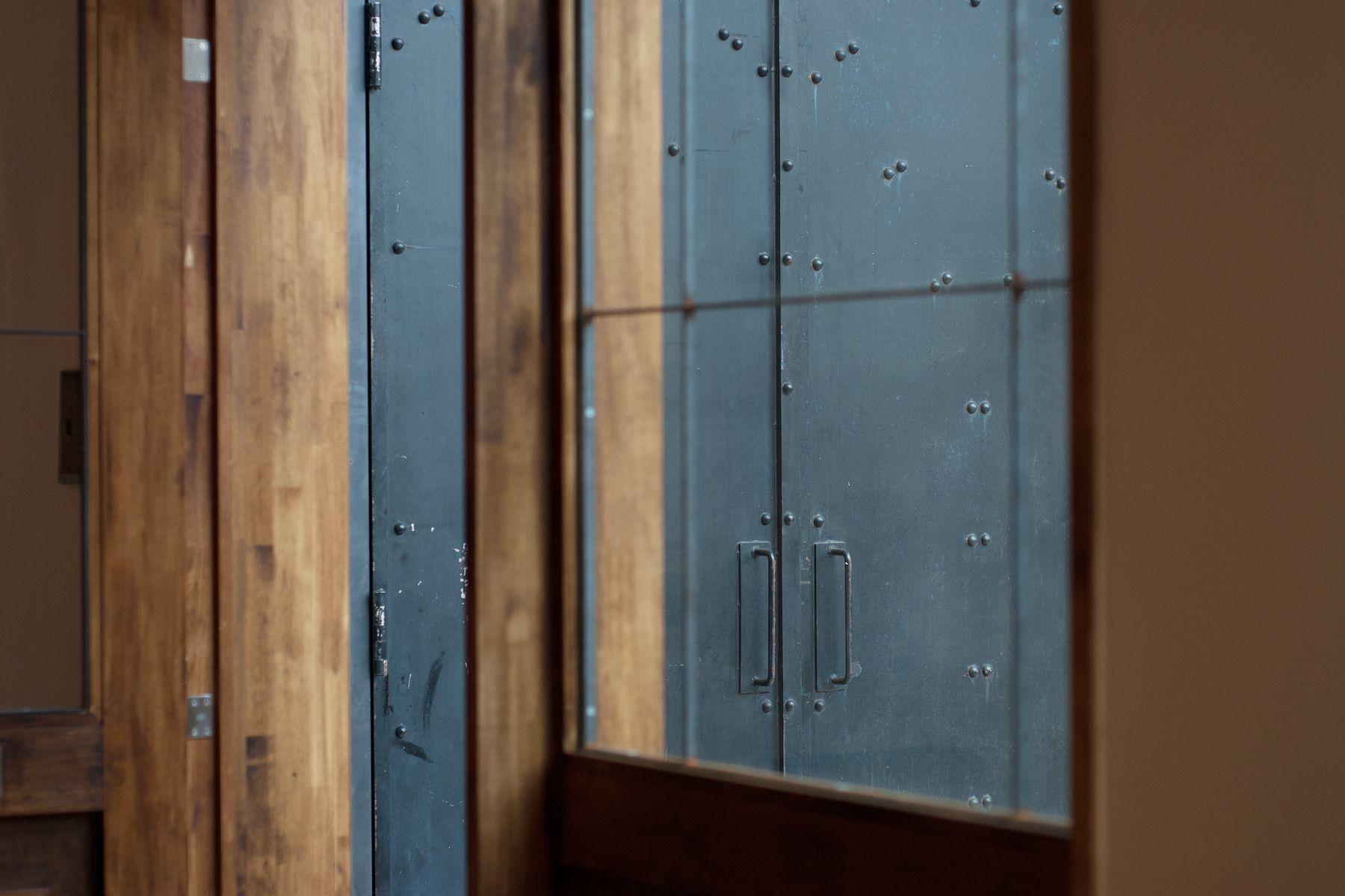 debolbe Studio&Warehouse (ディボルブ スタジオ)木製入口から鉄扉入口方向