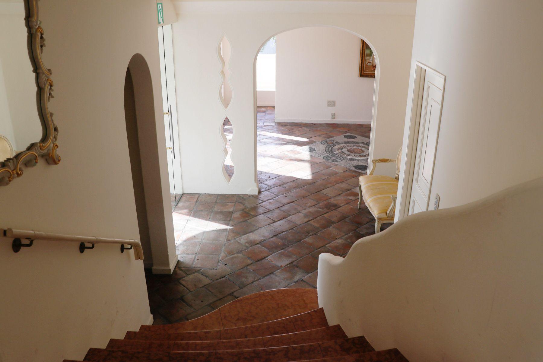 sun studio デルフィオーレ八王子1F ウェイティングルームへの階段