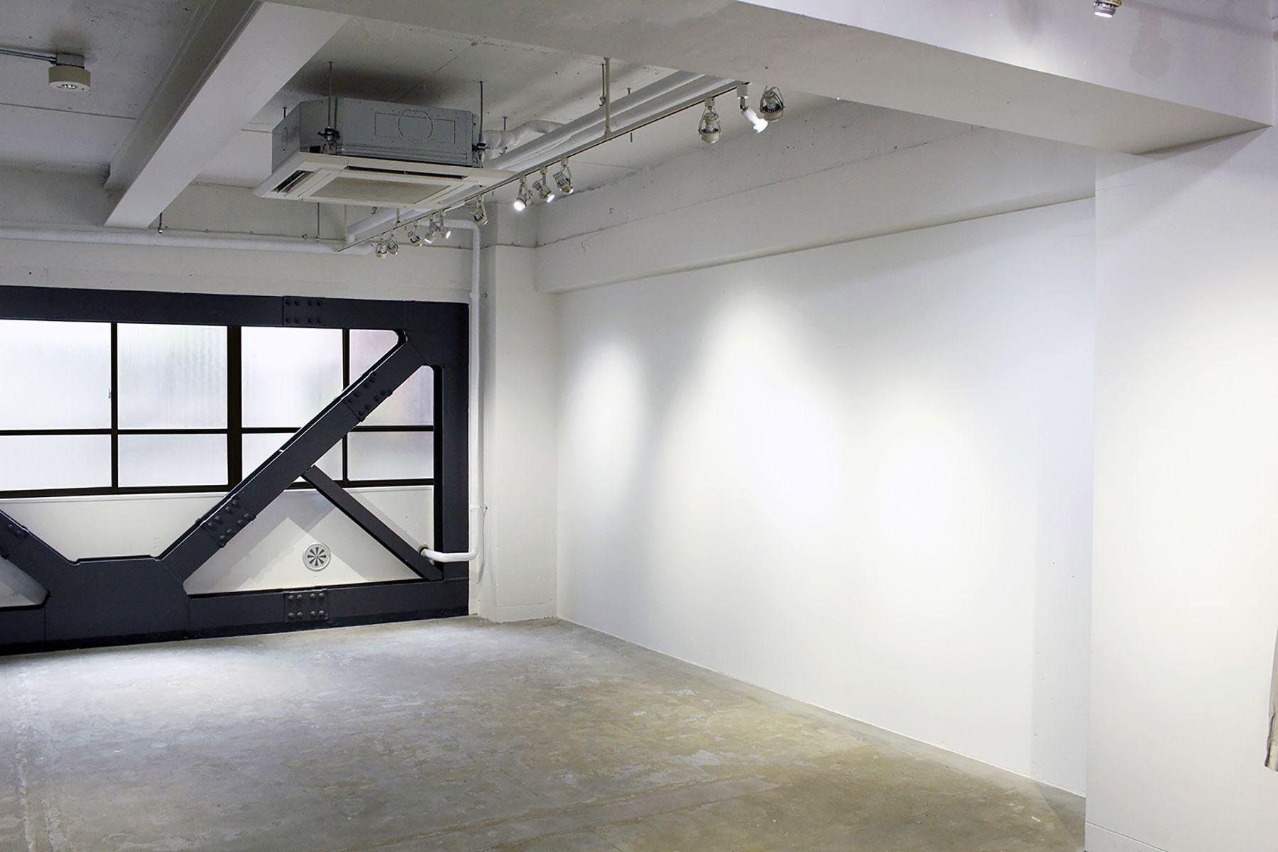 aA studio (エーエースタジオ) 右奥の白壁