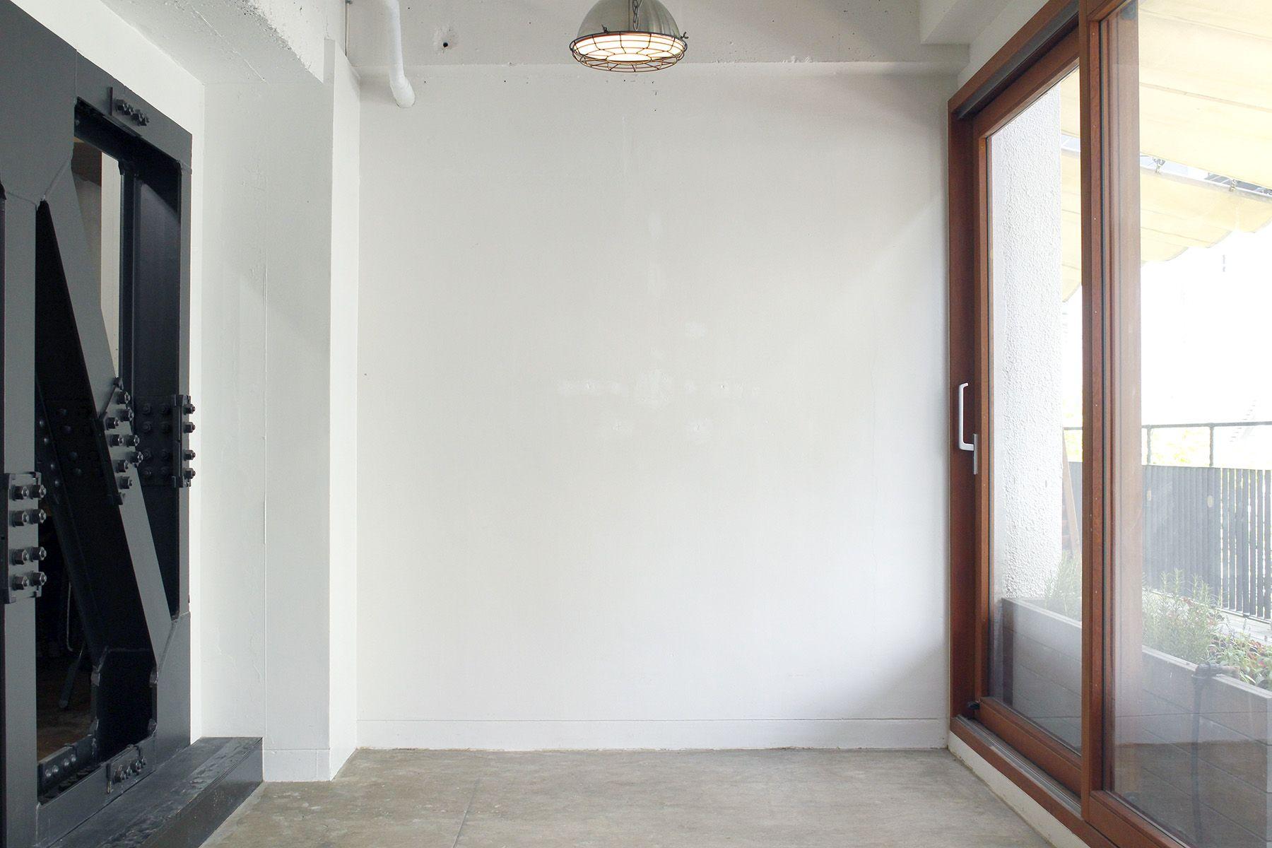 aA studio (エーエースタジオ) 手前モルタルフロア自然光