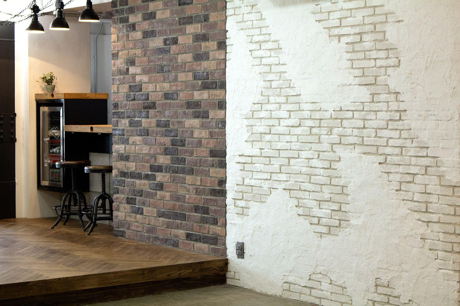 aA studio (エーエースタジオ) 2色のレンガ壁