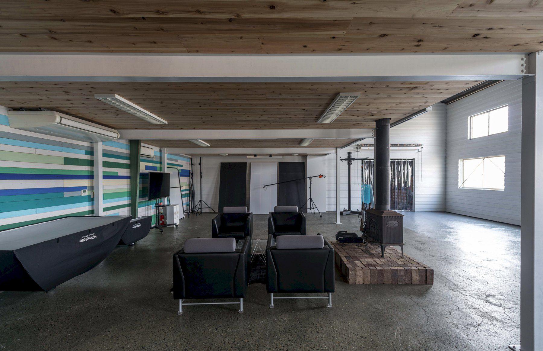 SHONANPHOTO.COM STUDIO (ショウナン フォト)オフィススペースの下 天井高2.6m