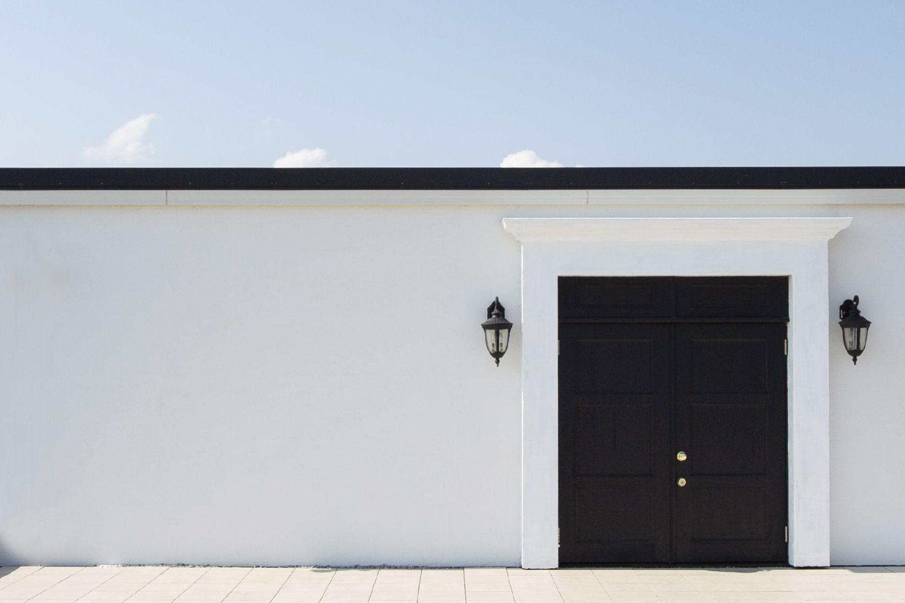 Studio One Kujyukuri Beach (スタジオ ワン クジュウクリ ビーチ)漆喰の白壁とブラックの扉