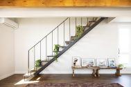 Studio One Kujyukuri Beach (スタジオ ワン クジュウクリ ビーチ):インダストリアルな階段と天井