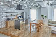 STUDIO DA VINCI (スタジオ ダ・ヴィンチ):タイル壁のキッチン