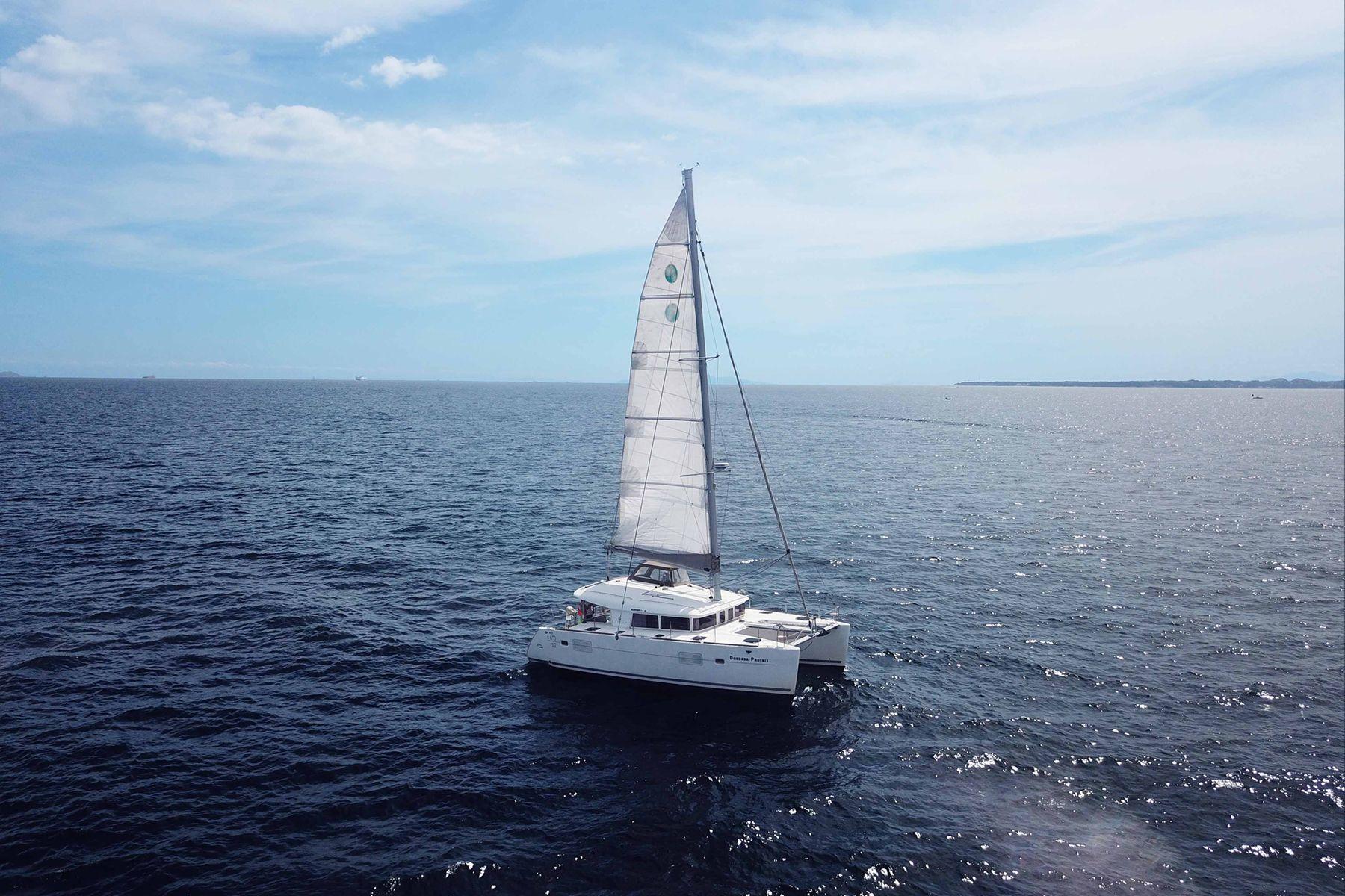 ダンダダ・フェニックス カタマランヨット・クルーザー白い帆