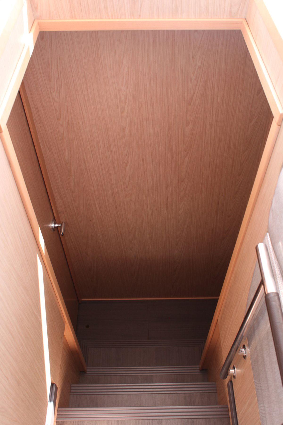ダンダダ・フェニックス カタマランヨット・クルーザーguest floor 階段