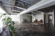 Studio EcoDeco (スタジオエコデコ):モルタル床と白壁