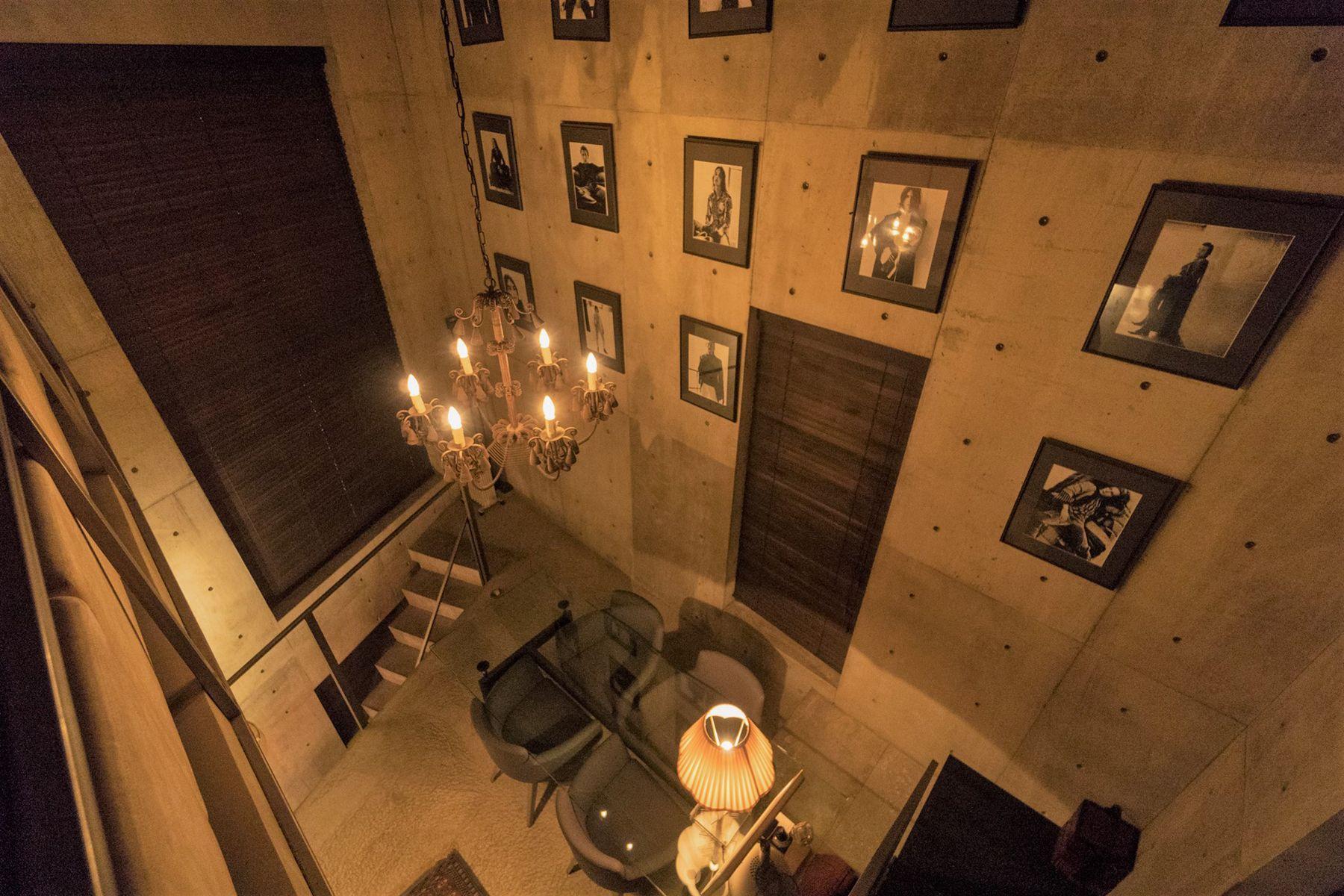 芝浦ADEスタジオ4F階段踊り場から3Fへの俯瞰(夜)