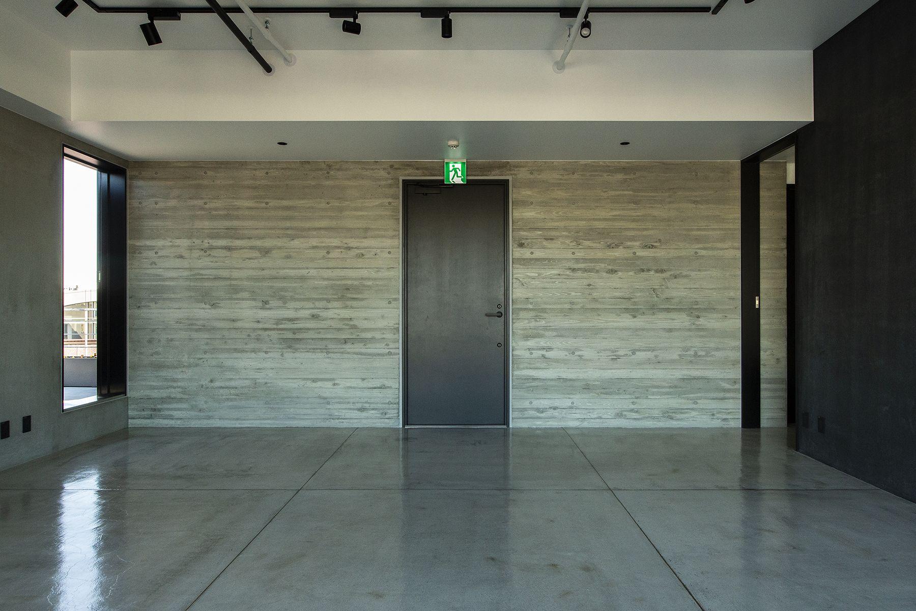 OPRCT Space O (オプレクト)木目調壁の出入口方面 / 南南西方角