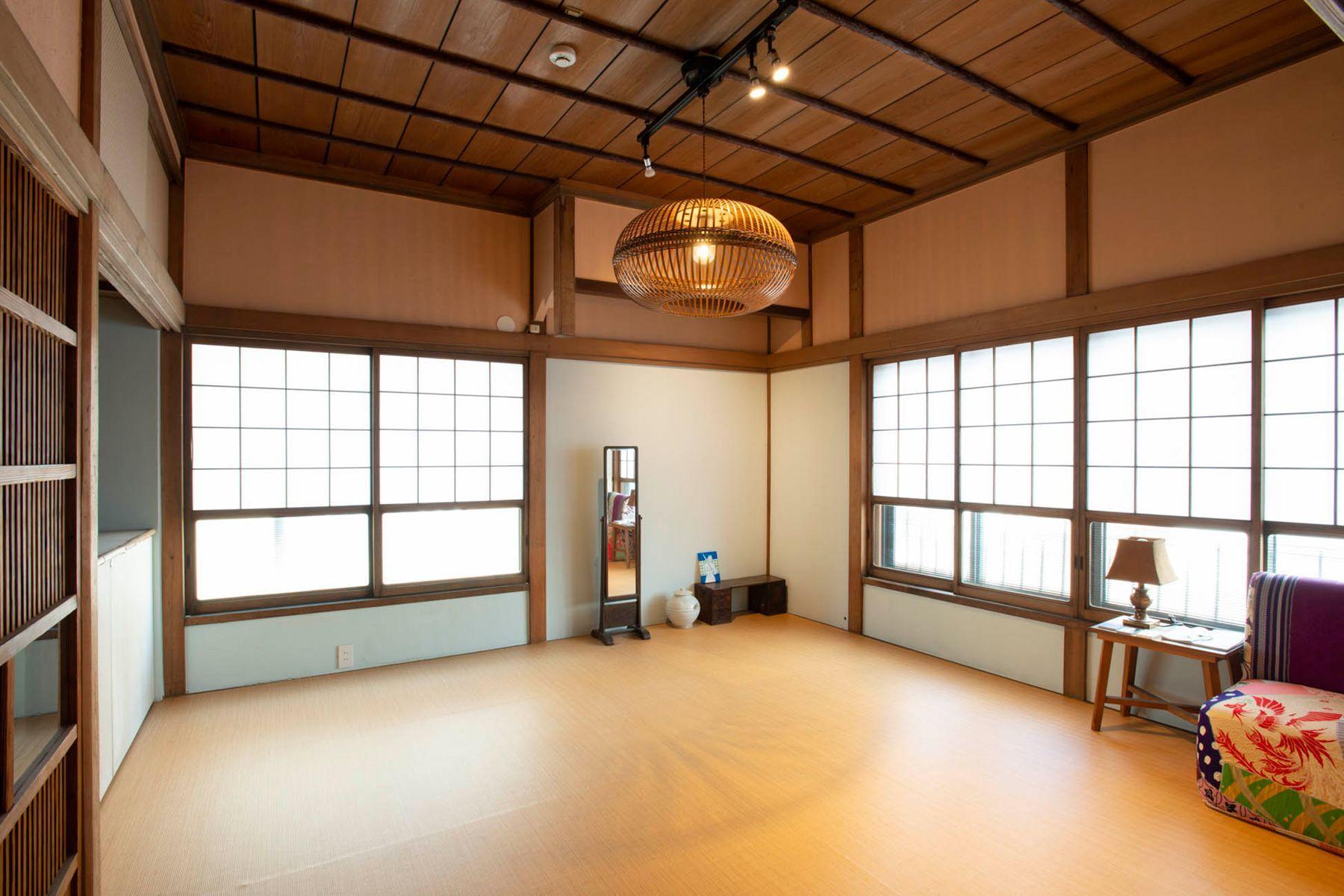 江戸端会議室 (エドバタカイギシツ)洗面 独特な屏風絵の扉