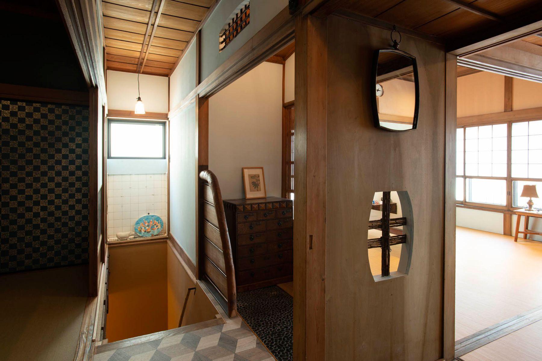 江戸端会議室 (エドバタカイギシツ)玄関から階段