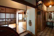 江戸端会議室 (エドバタカイギシツ):階段 元浴室のタイルを残した壁