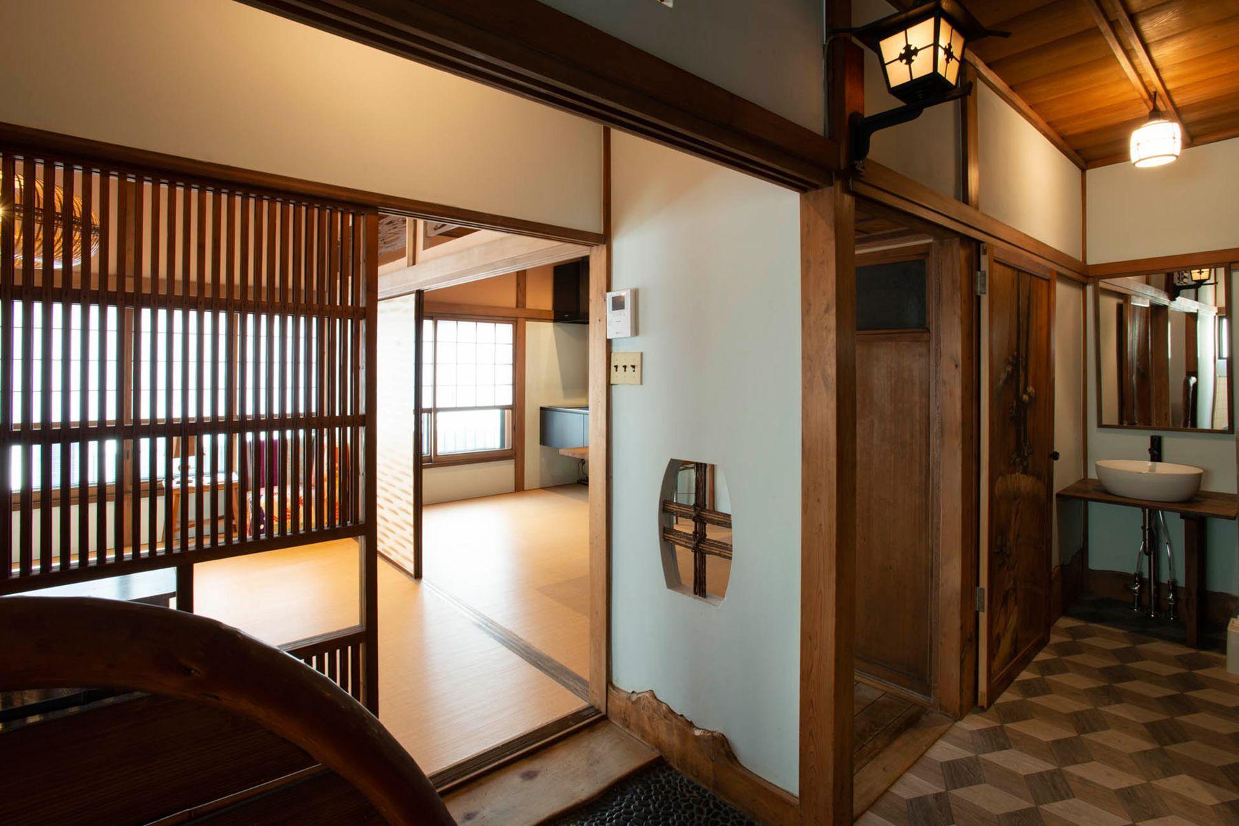江戸端会議室 (エドバタカイギシツ)階段 元浴室のタイルを残した壁