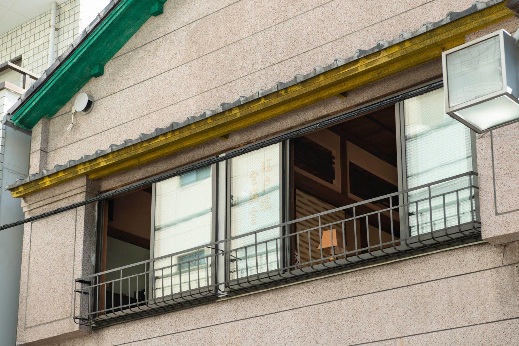 江戸端会議室 (エドバタカイギシツ)外観 レトロな2Fの窓