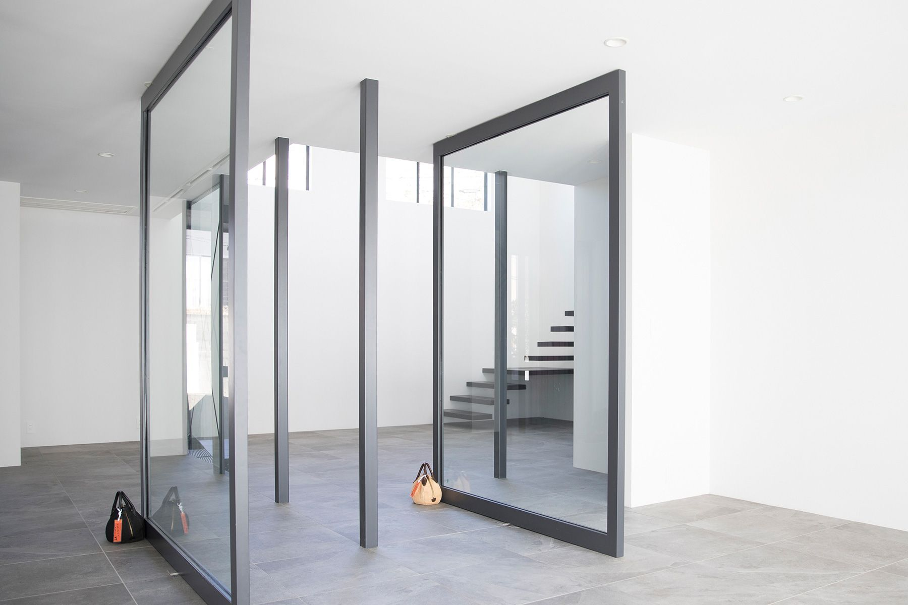 M/N STUDIO HAYAMA (エムエヌ スタジオ ハヤマ)1F 左右90°回転するガラス扉