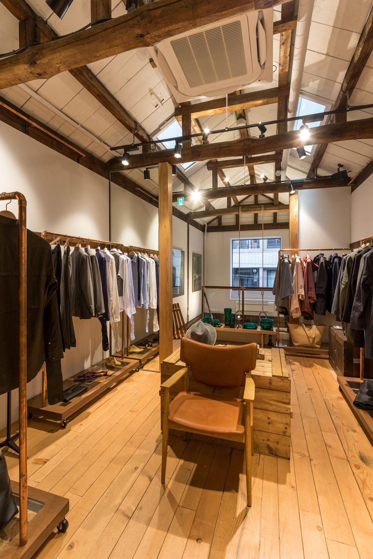 ノルウェージャン・レイン&T-マイケル東京ストア (shop)2F くりぬきの窓は北西側