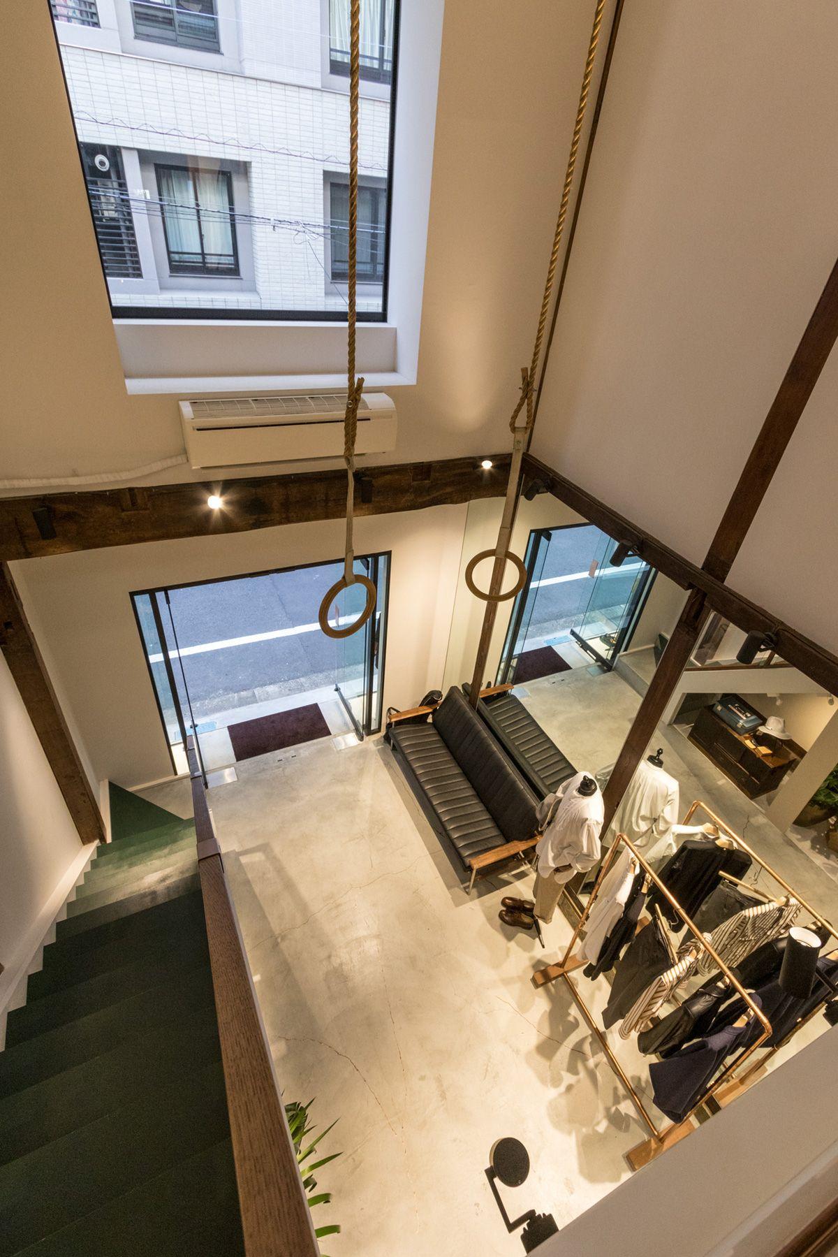 ノルウェージャン・レイン&T-マイケル東京ストア (shop)2Fから1Fへの俯瞰
