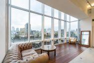 プラックス/ショールーム:天井までの高い窓