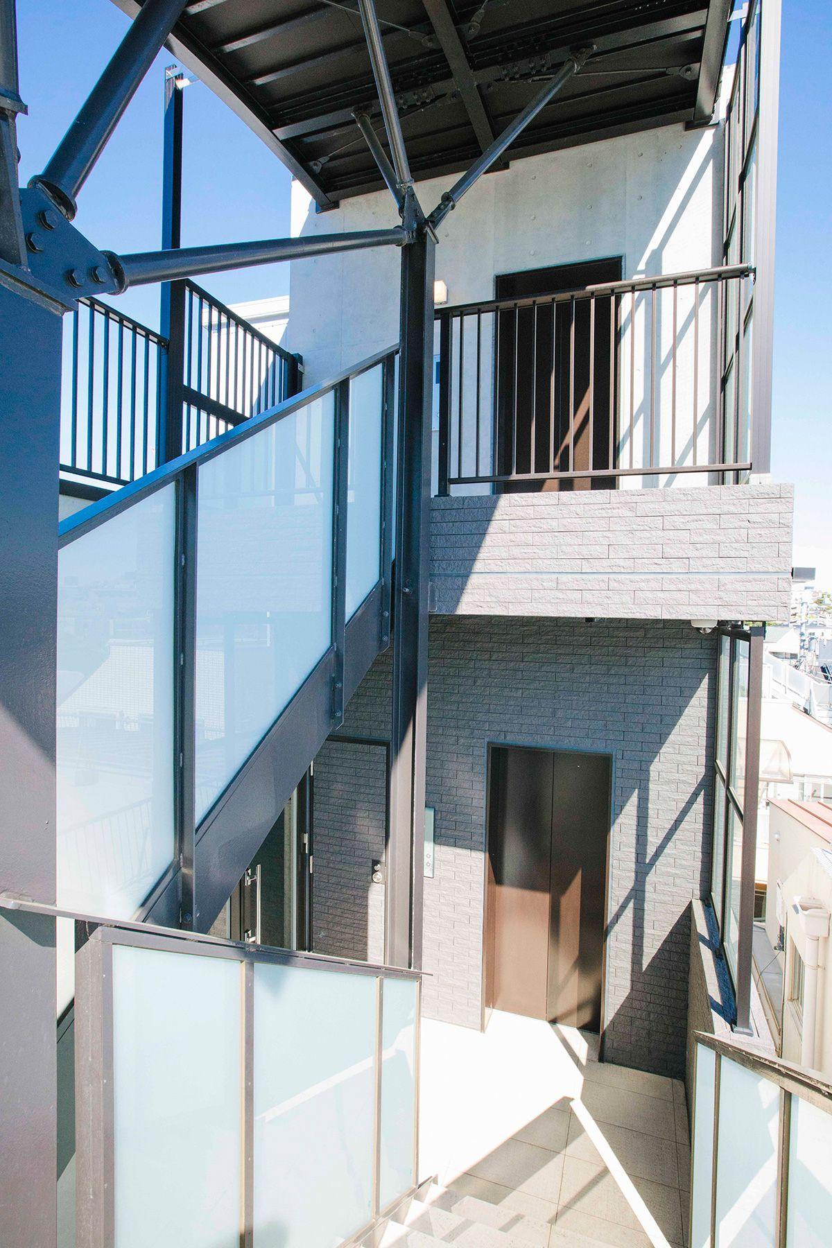 STUDIO LAILA (スタジオ ライラ)屋上までの階段