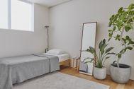 桜新町の家/個人宅 (サクラシンマチノイエ):3F ベッドルーム(窓の方角は南西)