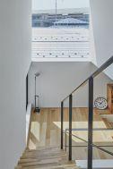 桜新町の家/個人宅 (サクラシンマチノイエ):3Fから2Fへの階段