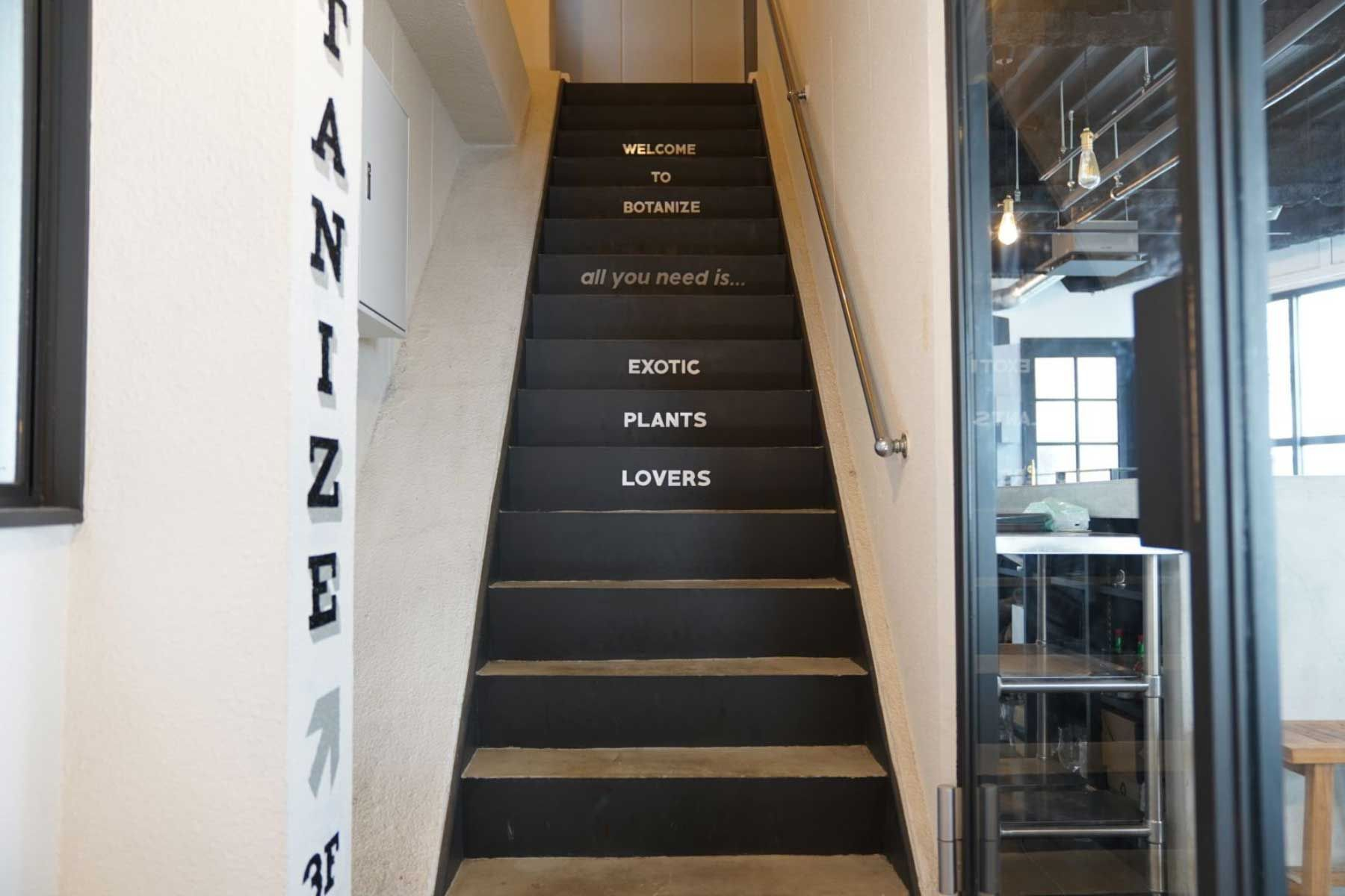 anea cafe/店舗 (アネア カフェ)エントランス横の階段