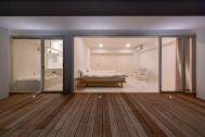 CENTERBOARD HAYAMA (センターボード ハヤマ):1F ベッドルーム側 外観(夜)