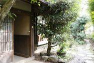 なつのじ(個人宅):玄関から門へのアプローチ