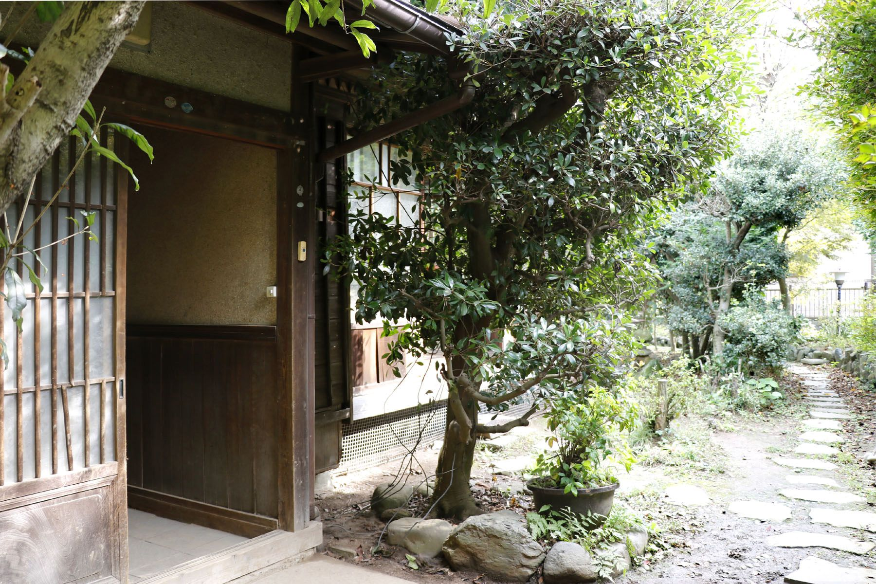 なつのじ(個人宅)玄関から門へのアプローチ