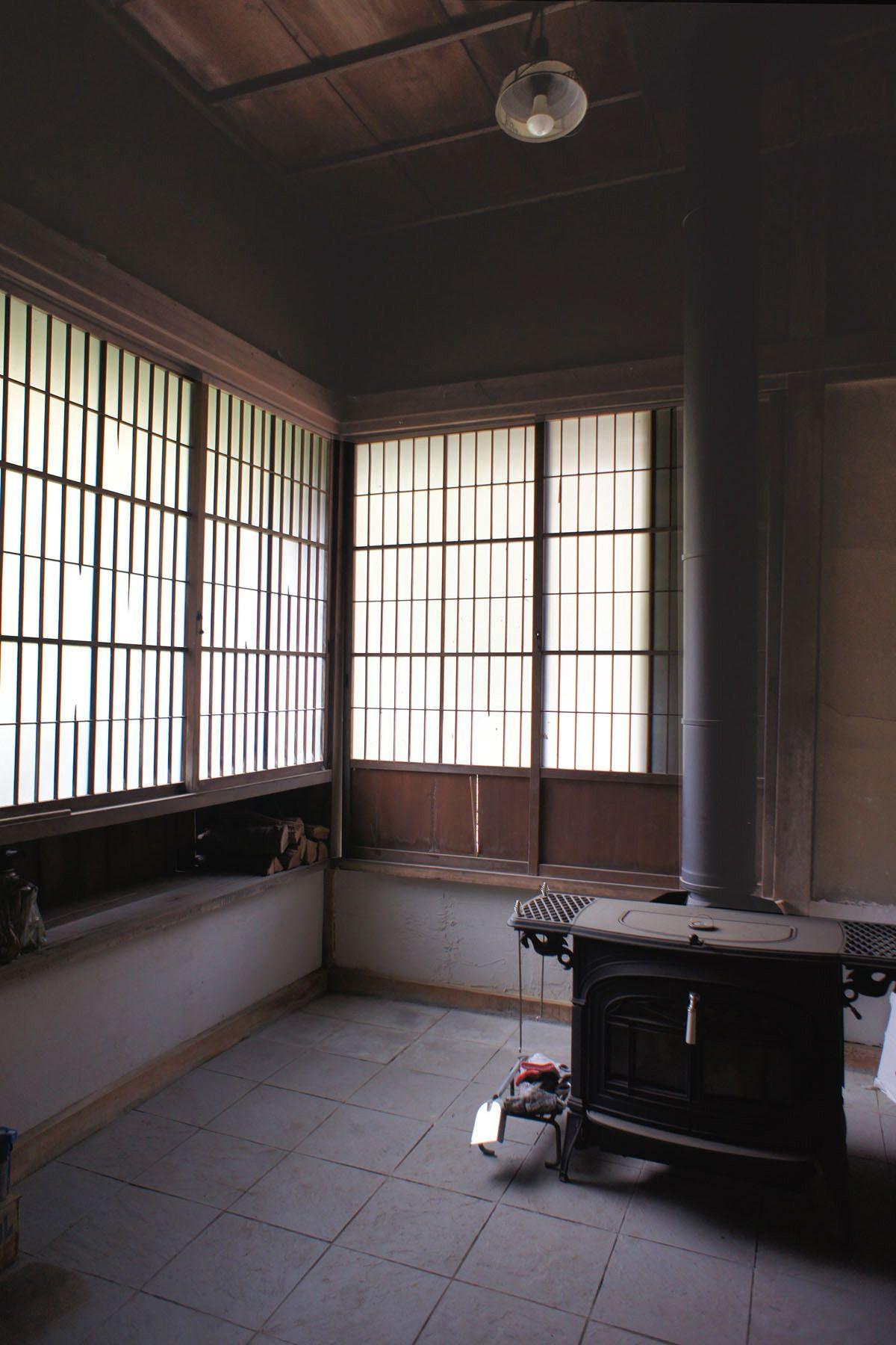 なつのじ(個人宅)玄関脇の土間には暖炉