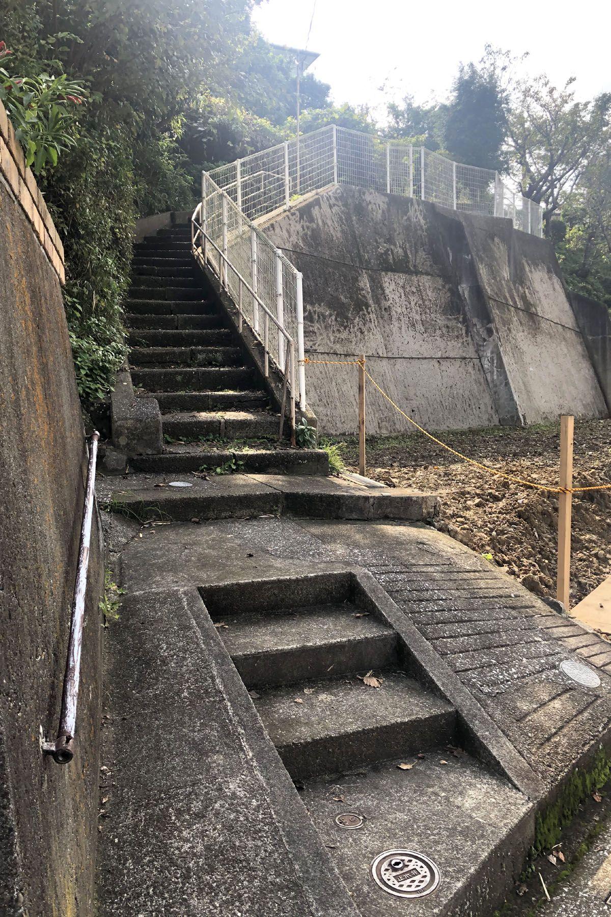 なつのじ(個人宅)階段を上った先になります