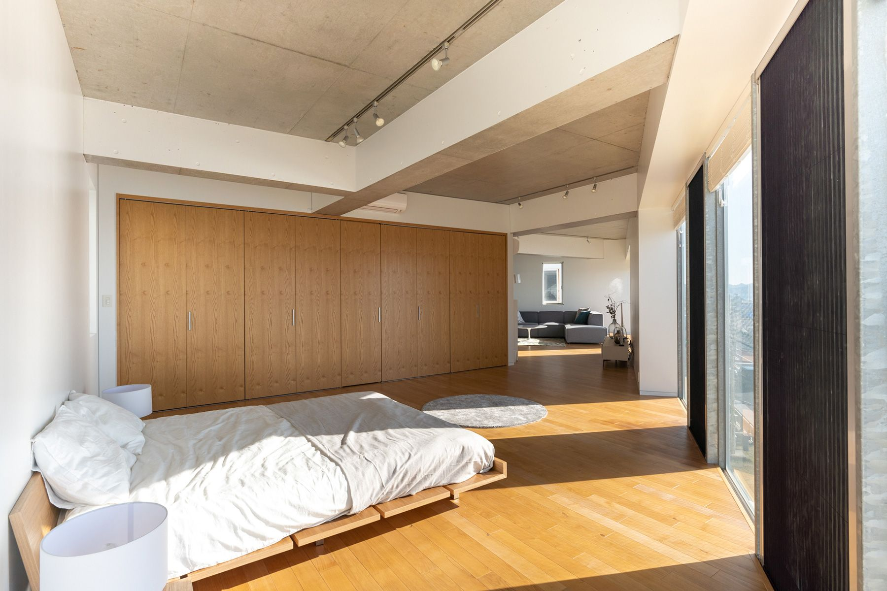 湘南撮影スタジオ (ショウナンサツエイスタジオ)ベッドルームからリビング