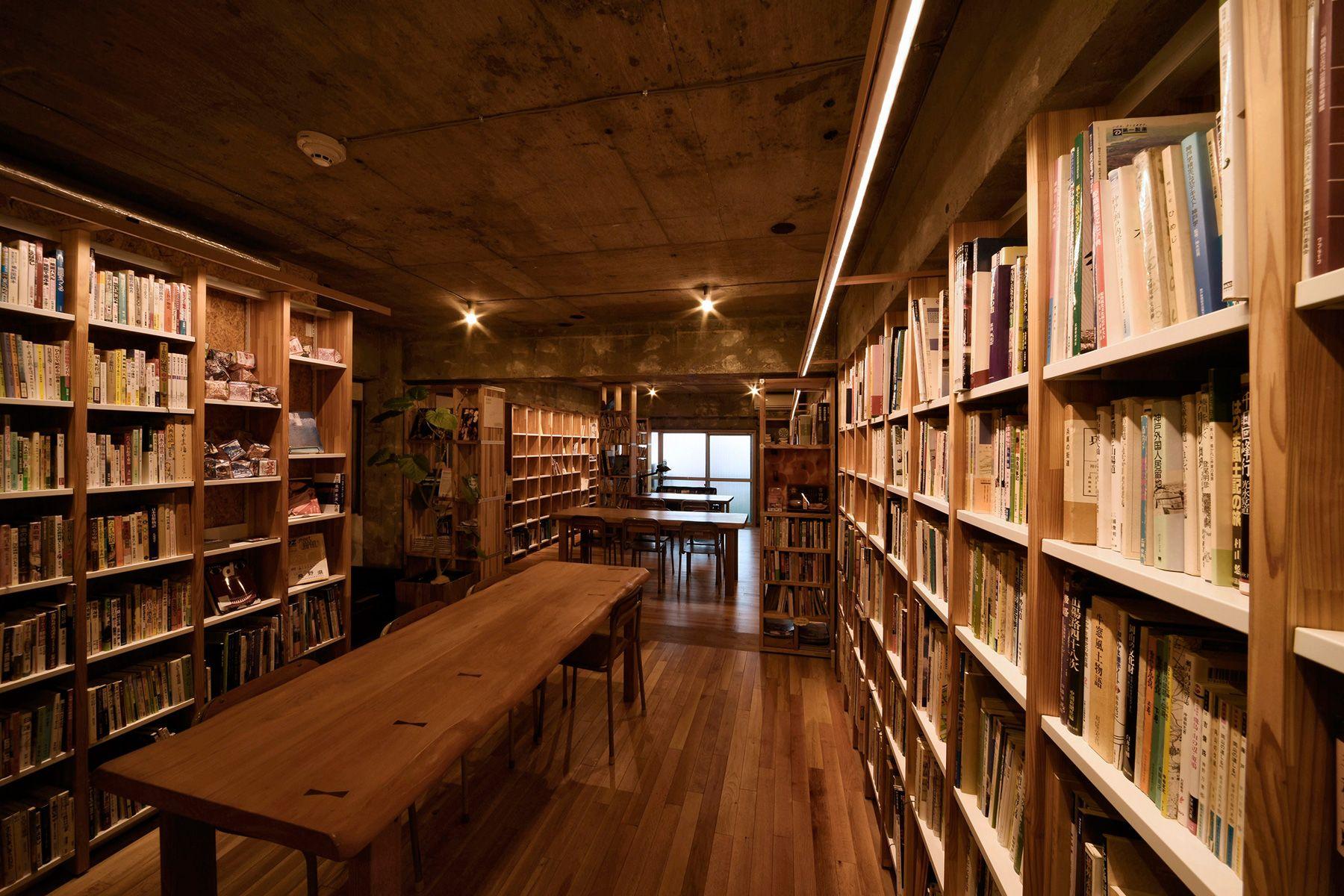 KAIDO books&coffee (カイドブックスアンドコーヒー)奥窓は東向/昼でも塞げば真っ暗