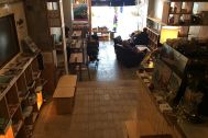 KAIDO books&coffee (カイドブックスアンドコーヒー):1F 店内奥から入口を撮影